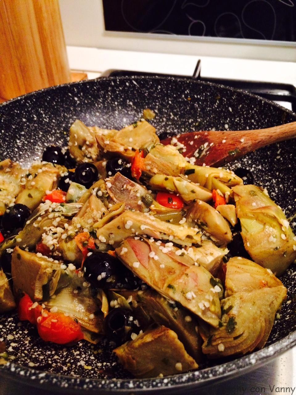 Carciofi con olive nere, capperi e semi di canapa