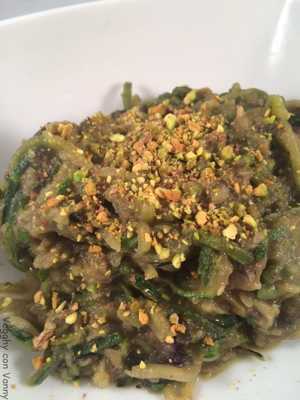 Spaghetti di zucchine con crema di melanzane e granella di pistacchi
