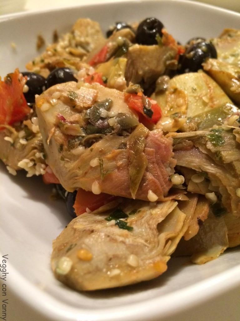 Carciofi con olive nere e semi di canapa
