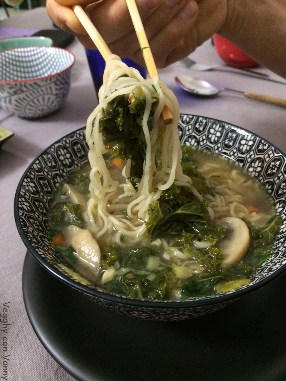 Ramen con cavolo nero, funghi e miso