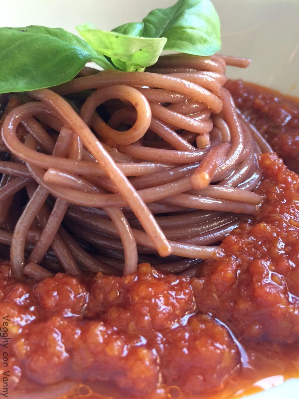 Spaghetti integrali al vino rosso in salsa di pomodoro