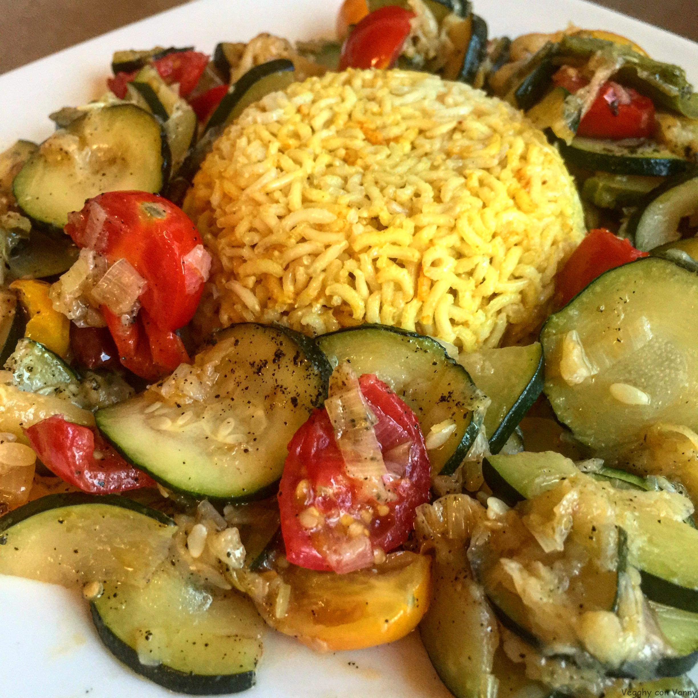 Riso basmati integrale con curry piccante, zucchine e mix di pomodorini