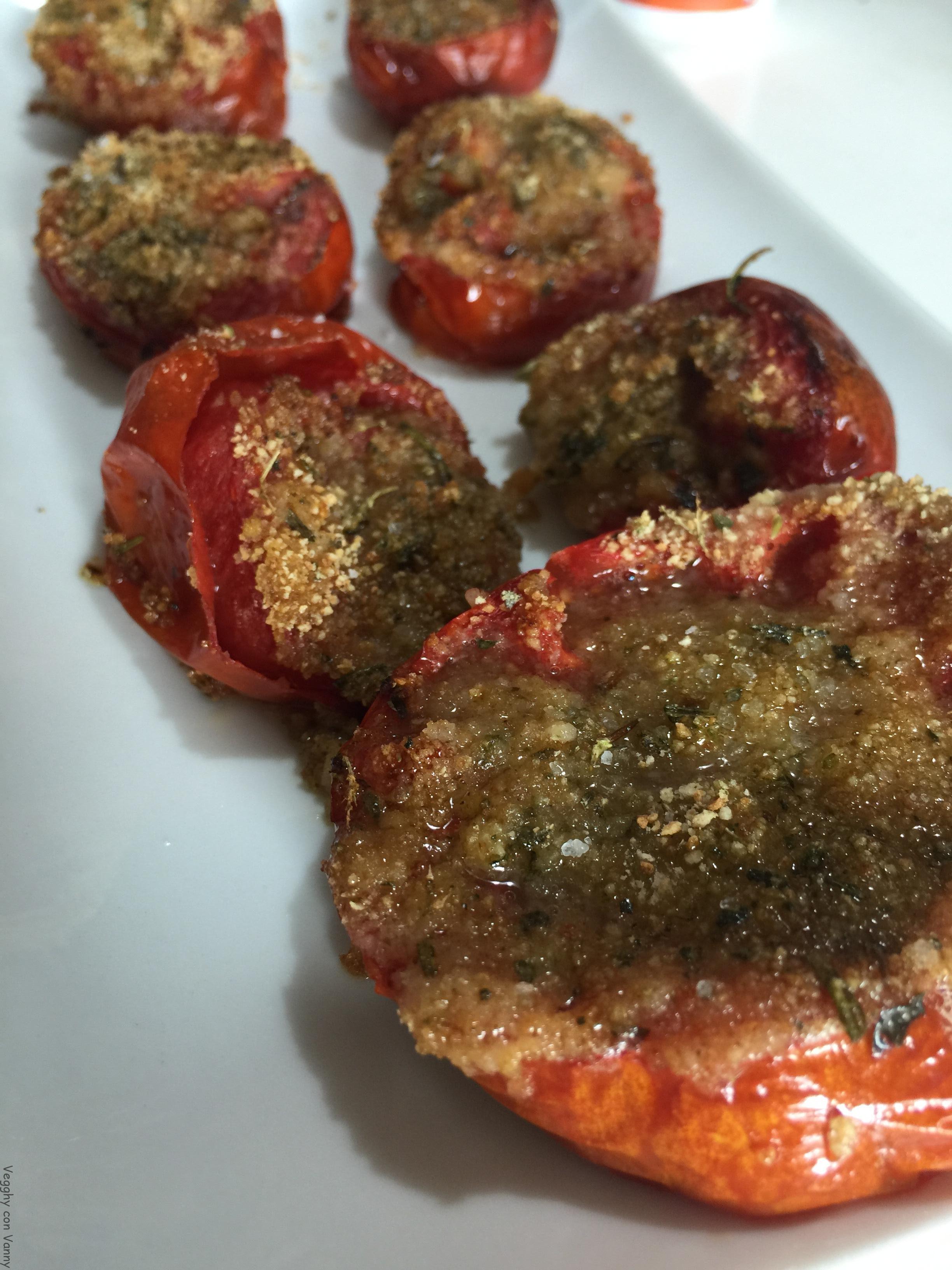 Pomodori al forno con ripieno di erbe aromatiche e pane integrale