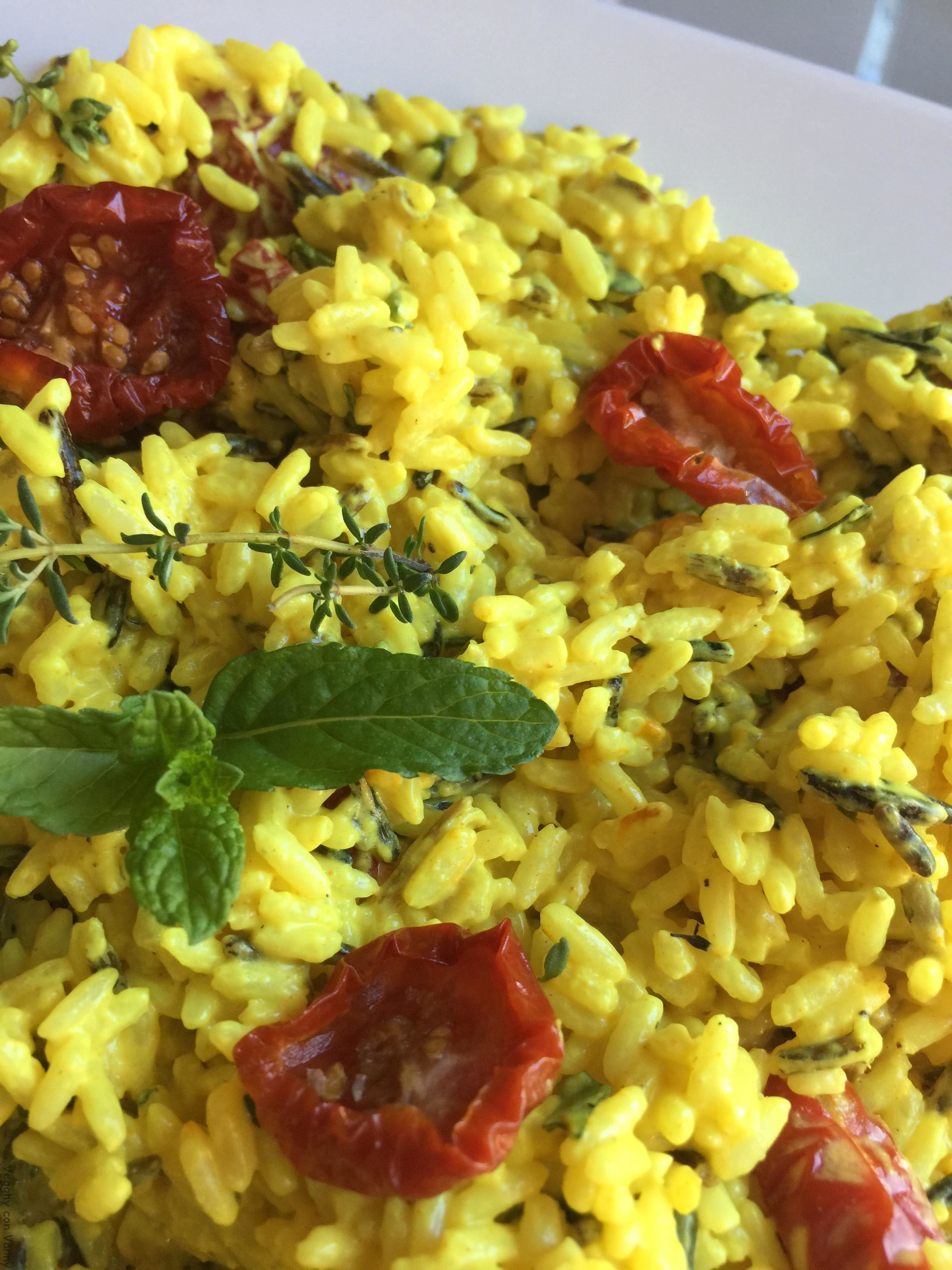Mix di riso selvatico con robiola, curcuma, pomodori ciliegino secchi e erbe aromatiche