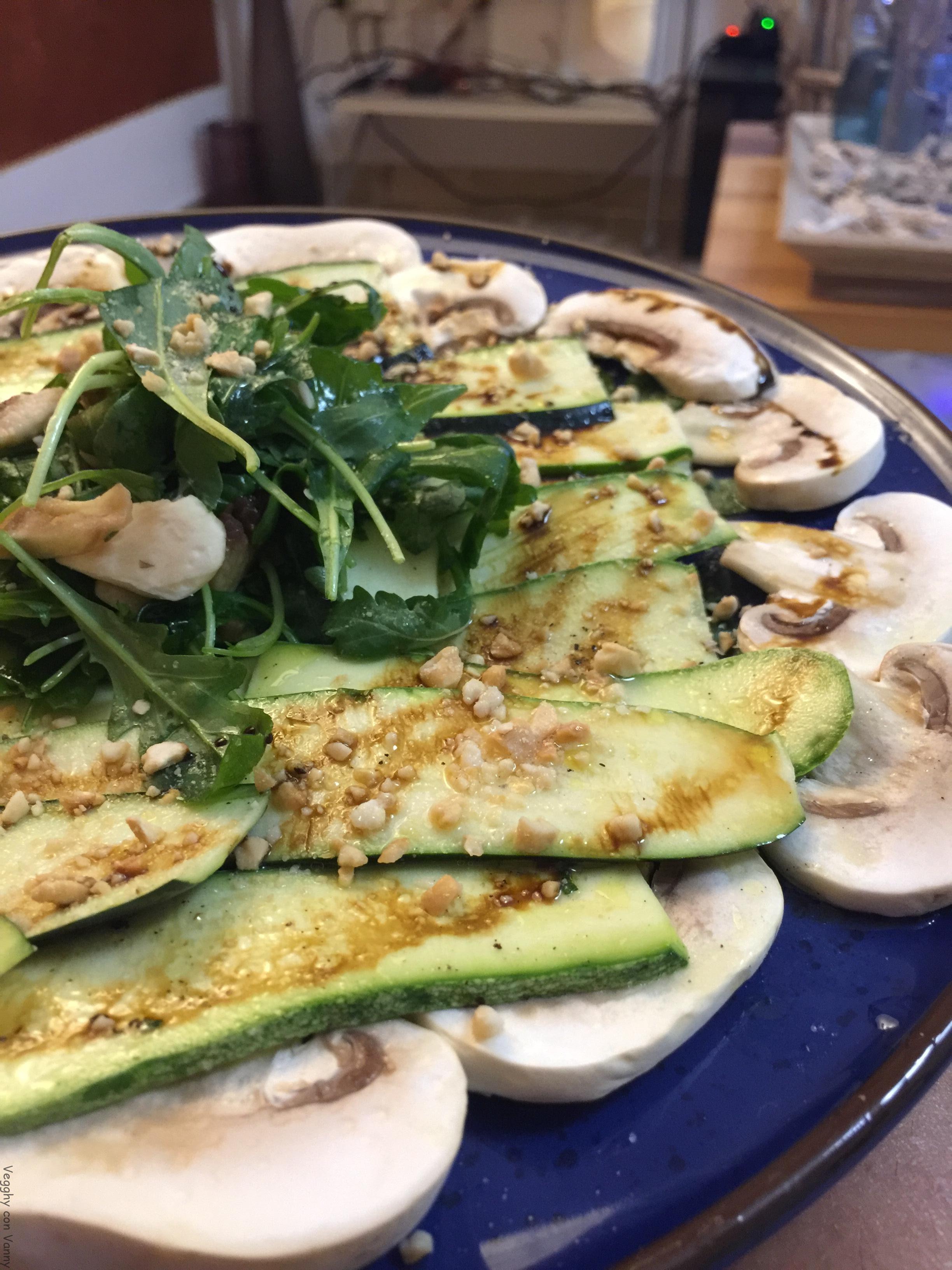 Carpaccio di zucchine e champignon con melassa e granella di anacardi (vegan)
