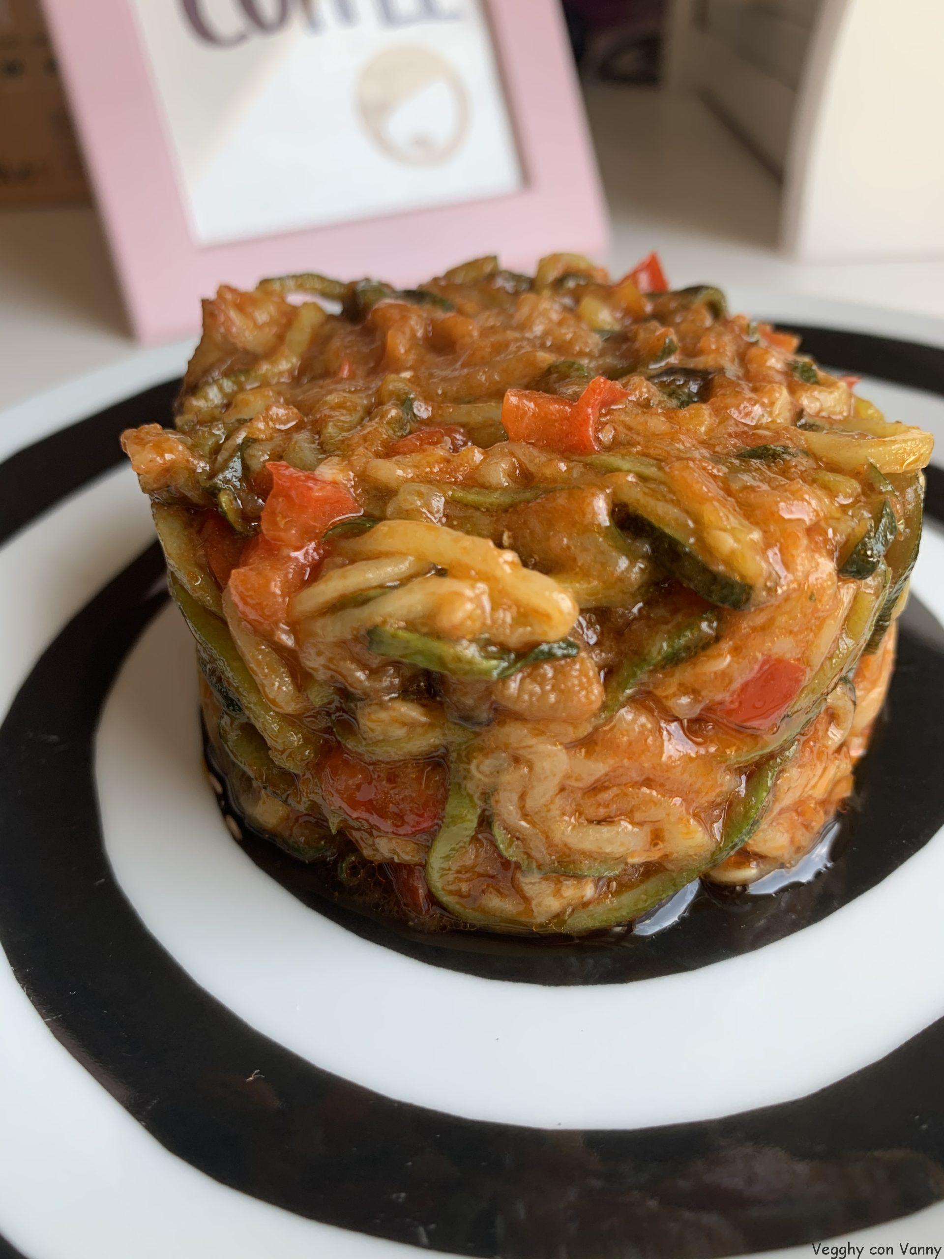 Spaghetti di zucchine con sugo ai peperoni, melanzane e fiori di zucchina