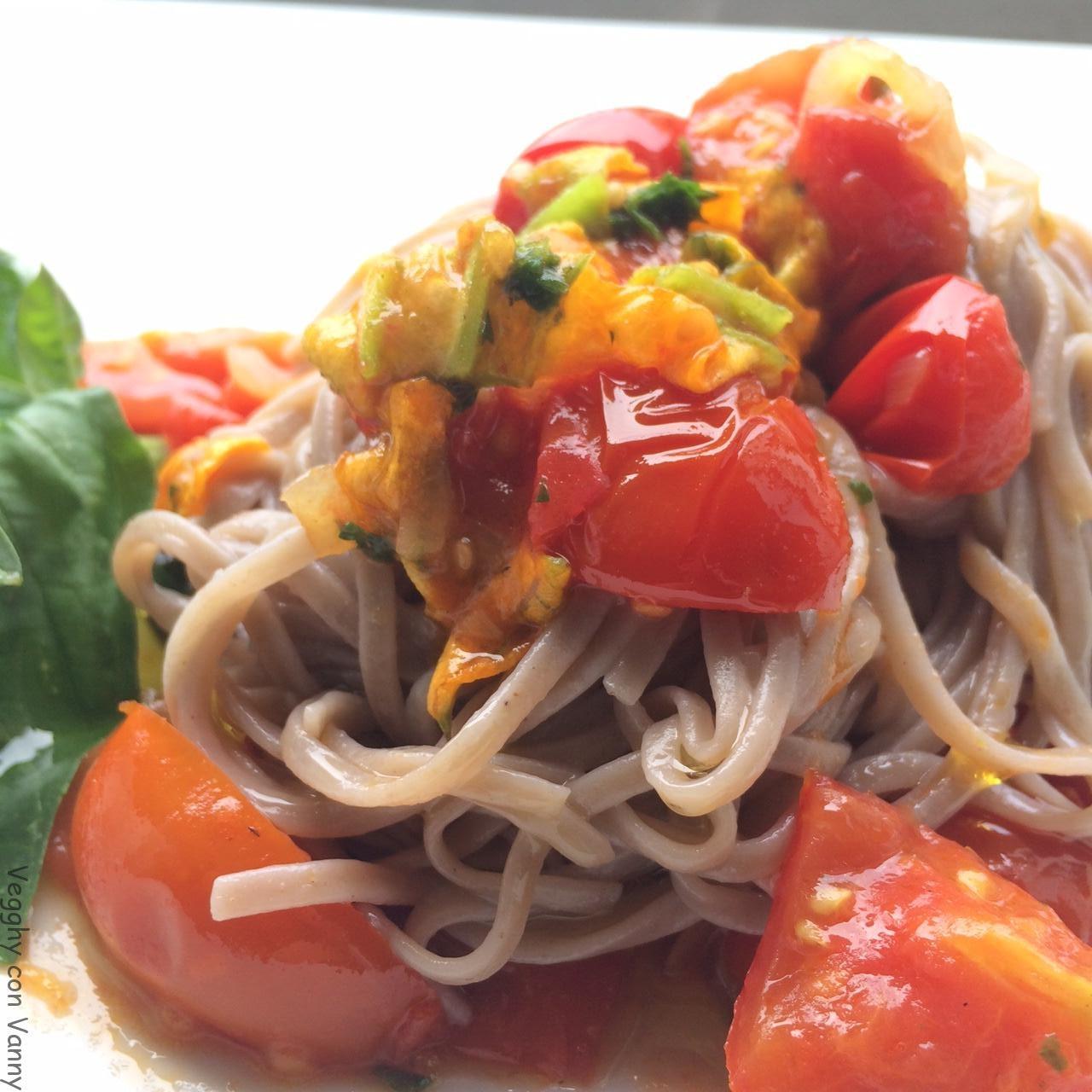 Noodle di grano saraceno e patate dolci con pomodorini, capperi e fiori di zucca