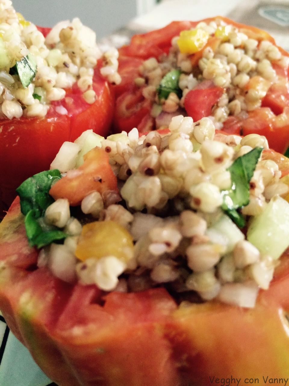Pomodori freddi ripieni di grano saraceno e verdure
