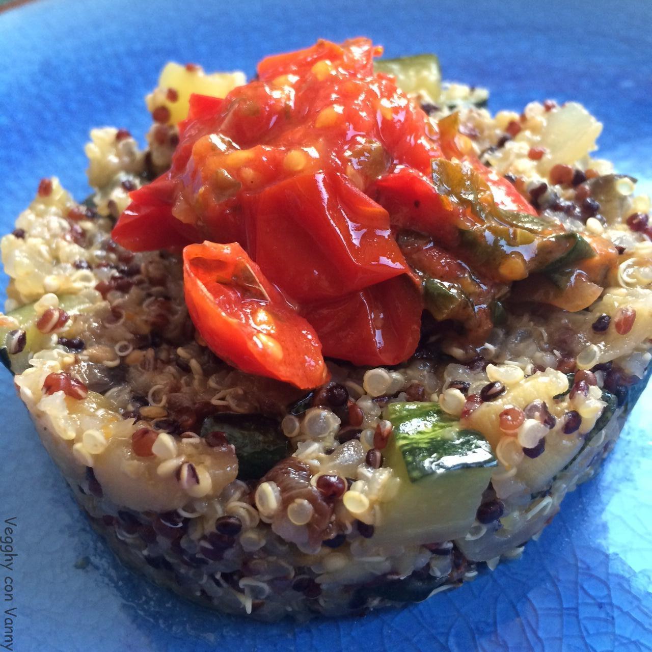 Quinoa tricolore con zucchine e melanzane al sugo di pomodoro fragolino