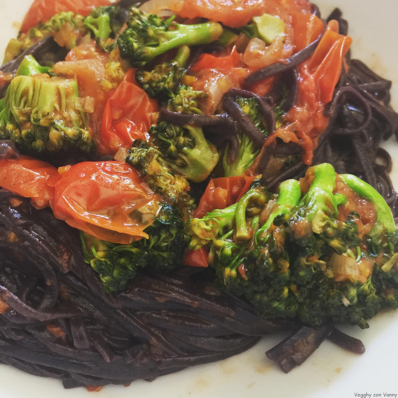 Noodles di riso nero con broccoli e pomodorini