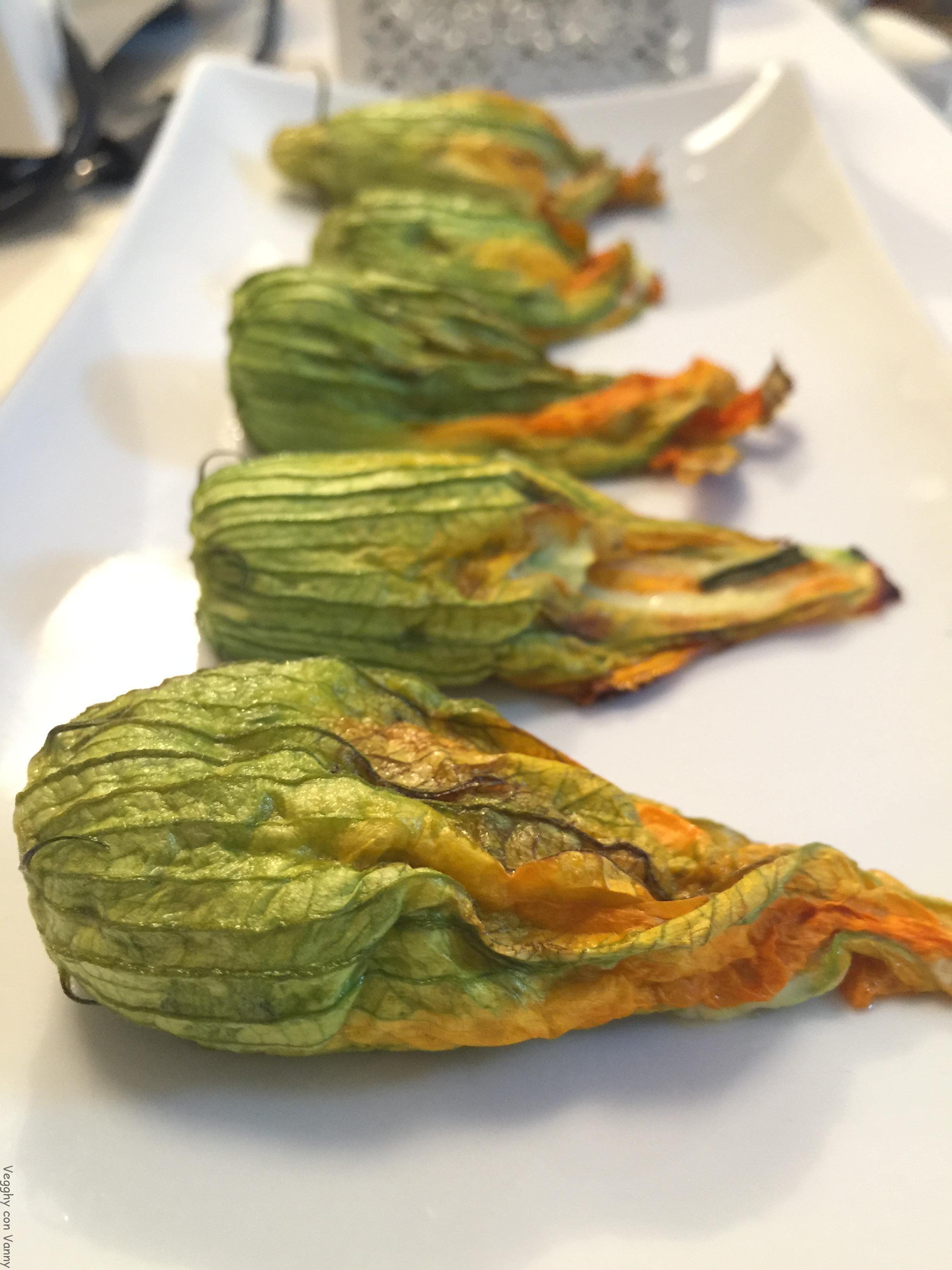 Fiori di zucca al forno ripieni di zucchine e erbe aromatiche
