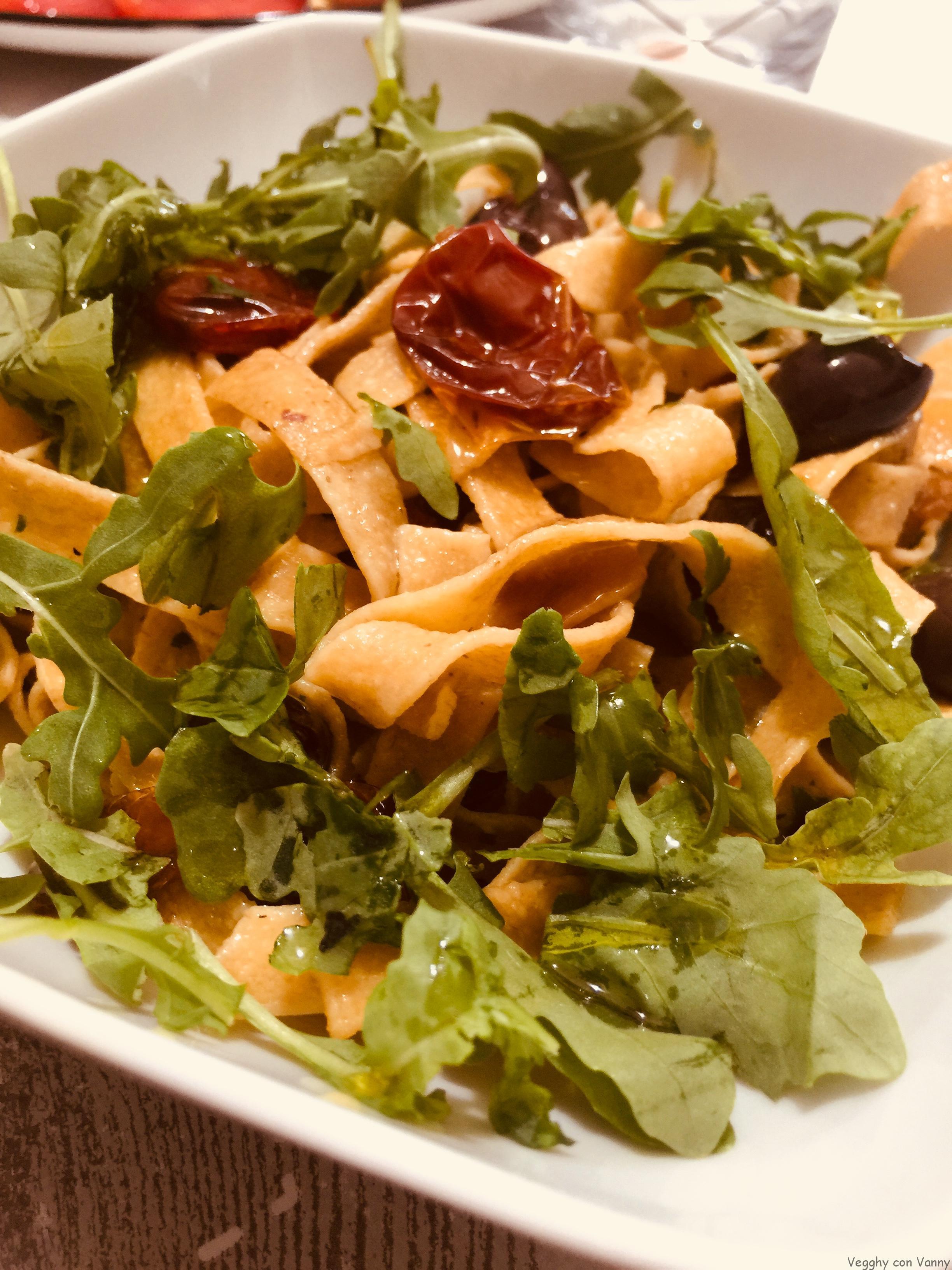 Tagliatelle integrali con pomodori confit, olive di Gaeta e rucola