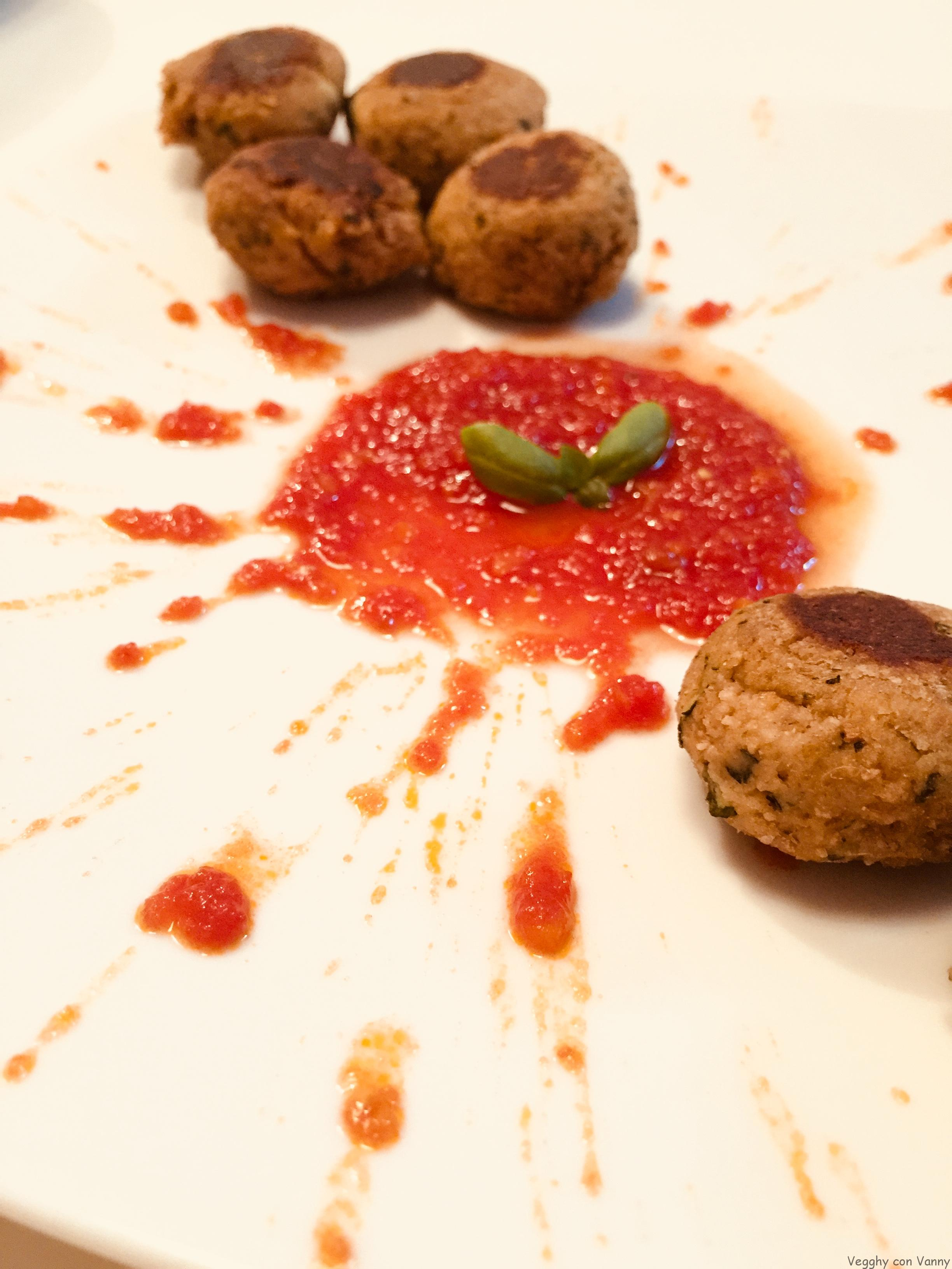 Polpette di zucchine e pane integrale con salsa di pomodoro