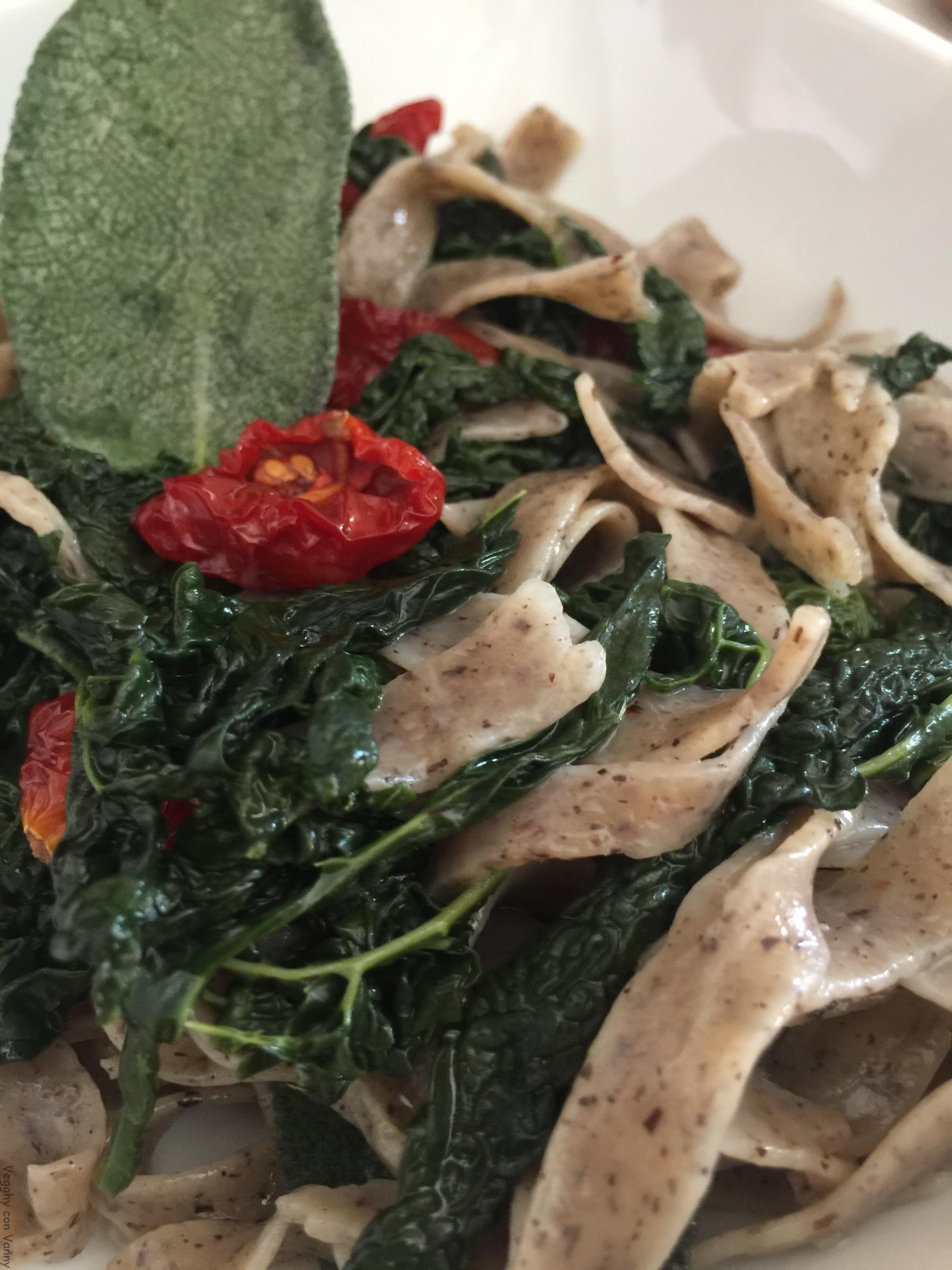Tagliatelle di grano saraceno con cavolo nero e pomodorini secchi (vegan)